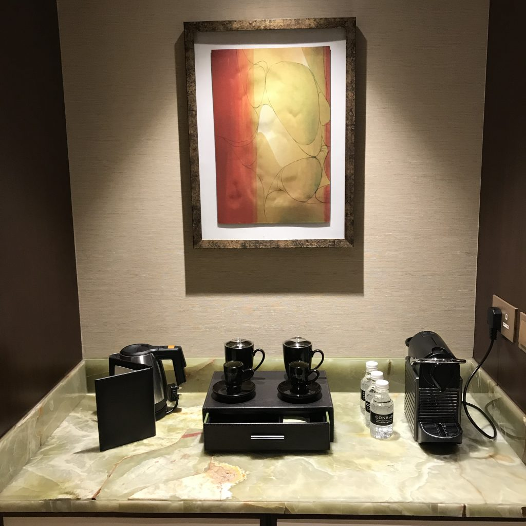 澳門金沙城中心康萊德酒店-餐飲櫃有熱水壺、咖啡杯、免費樽裝水及Nespresso咖啡機