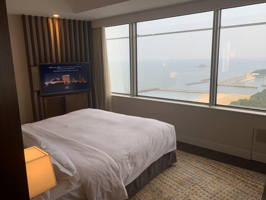福岡海鷹希爾頓酒店-套房睡房可望到海景