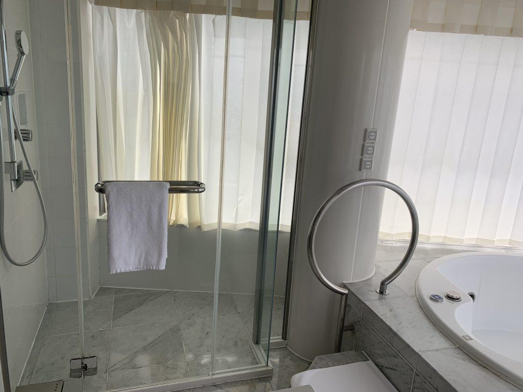 Hilton Fukuoka Sea Hawk-浴室獨立淋浴間在按摩浴缸隔鄰