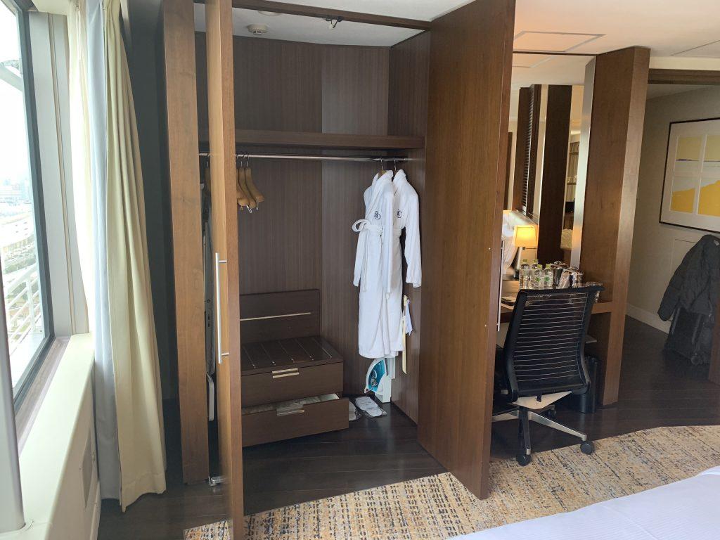 福岡海鷹希爾頓酒店-套房睡房有衣櫃及書桌
