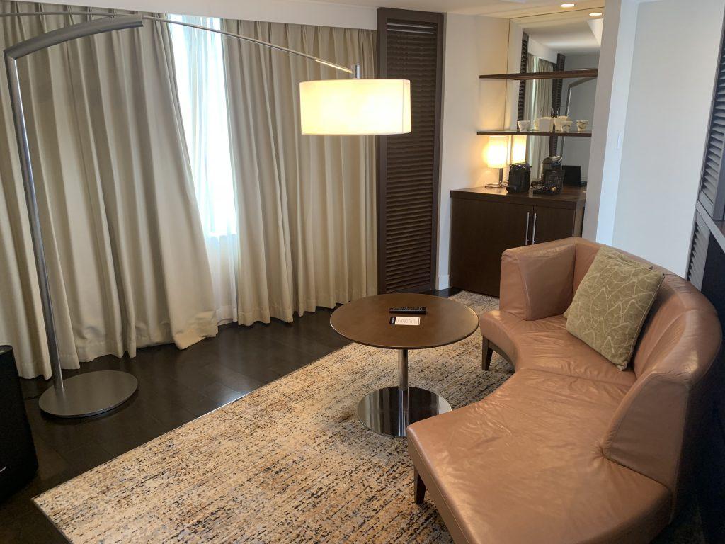 福岡海鷹希爾頓酒店-套房客廳背向睡房