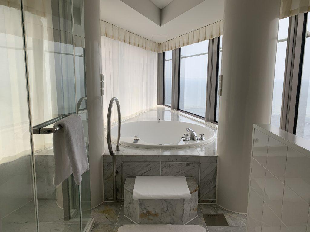 Hilton Fukuoka Sea Hawk-按摩浴缸在浴室中央