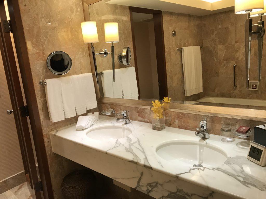 Conrad Hong Kong-浴室有兩個洗手盆