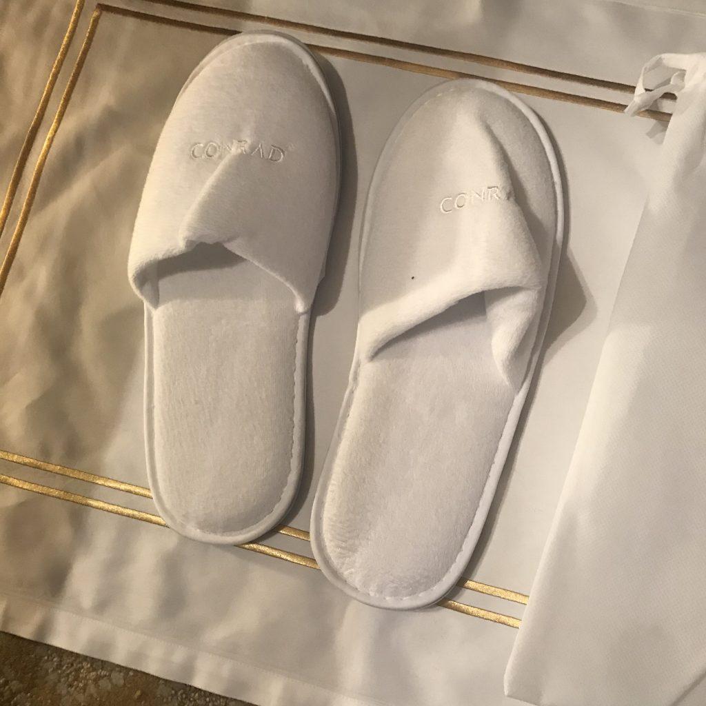 香港港麗酒店-床下有Conrad拖鞋