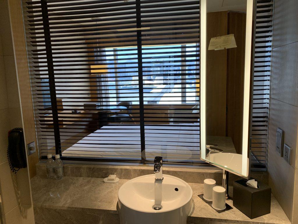Renaissance Hong Kong Harbour View Hotel-浴室有百葉簾,可望向房間