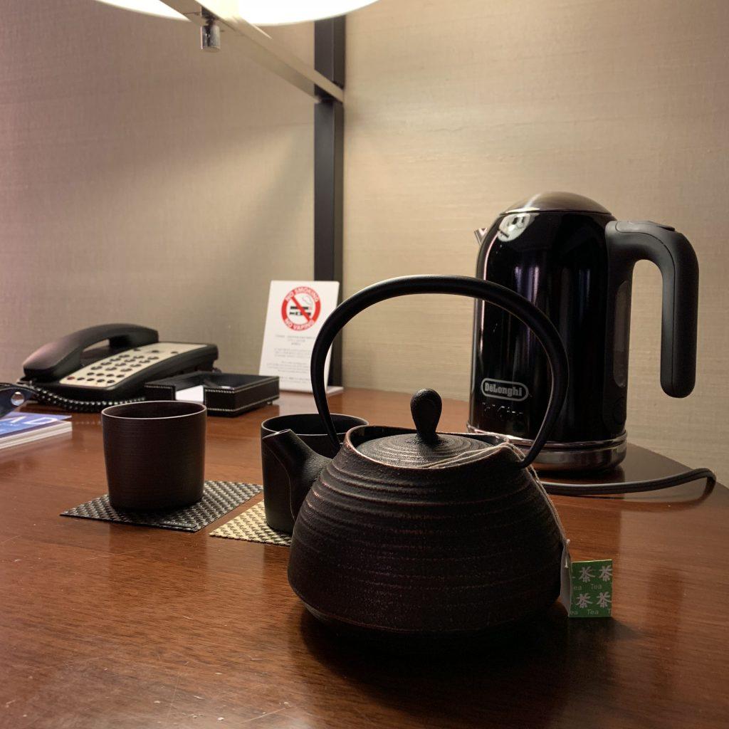 Conrad Tokyo-房間有熱水壺和茶具