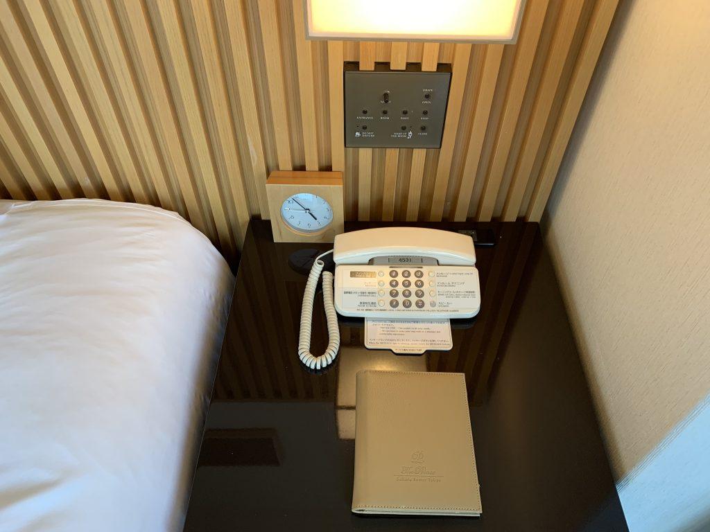 東京櫻花塔高輪皇家王子大酒店(傲途格精選)-房間床頭櫃有鬧鐘、電話和燈制按鈕