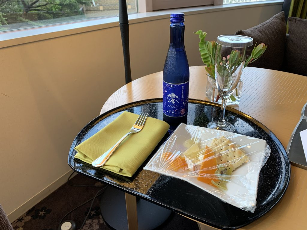 東京櫻花塔高輪皇家王子大酒店(傲途格精選)-萬豪白金會員可選擇酒店迎賓禮物,是次選擇了日式氣泡清酒和芝士果乾