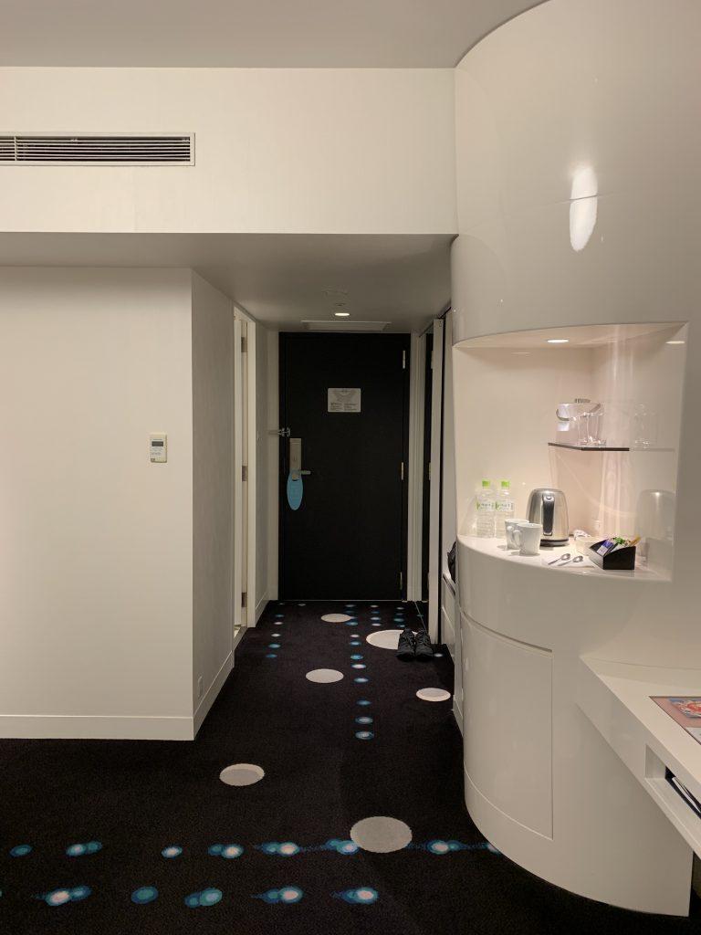 Hilton Tokyo Bay-浴室在房間門口隔鄰