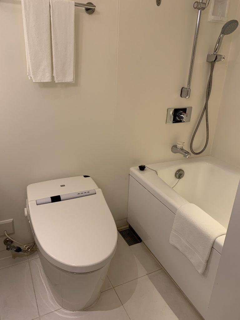 Hilton Tokyo Bay-浴室馬桶在浴缸隔鄰