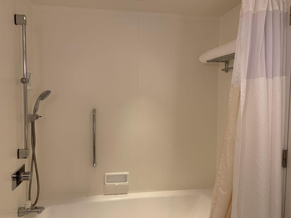 Hilton Tokyo Bay-浴室的淋浴設備與浴缸共處一室