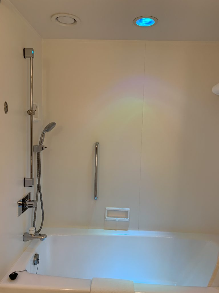 Hilton Tokyo Bay-浴缸天花板有LED彩光燈