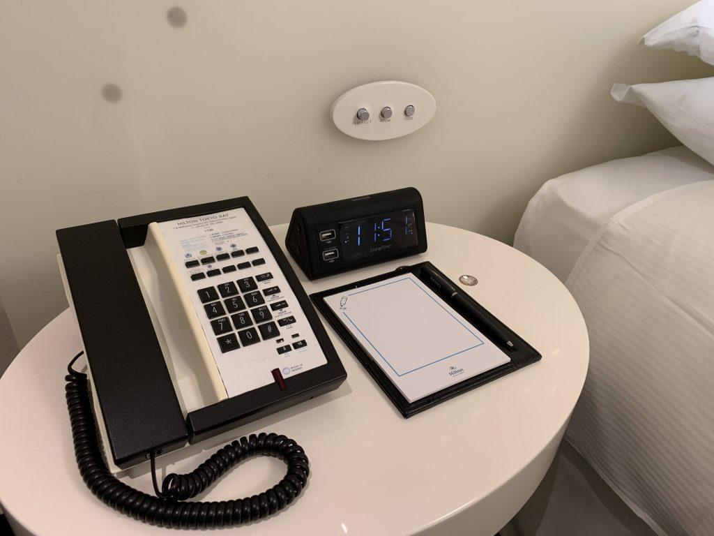 東京灣希爾頓酒店-房間左邊床頭櫃放置了電話、鬧鐘、便條簿及燈制按鈕