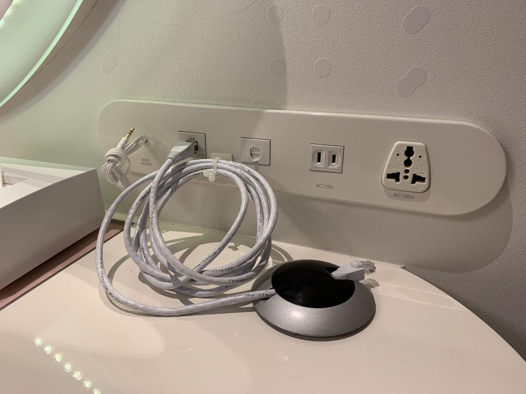 東京灣希爾頓酒店-房間右邊床頭櫃放置了各式插座和插線