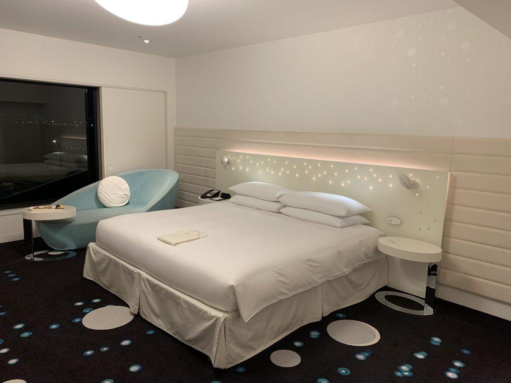 東京灣希爾頓酒店-房間有貴妃婍靠在窗邊
