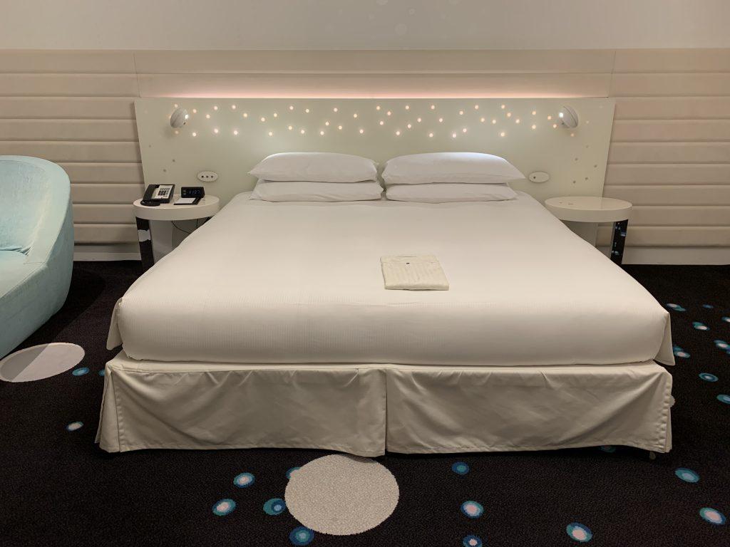 東京灣希爾頓酒店-房間床褥放置了睡袍