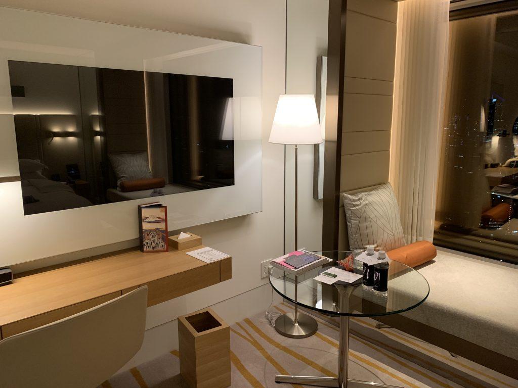 東京紀尾井町王子畫廊豪華精選酒店-房間電視、書桌和玻璃茶几