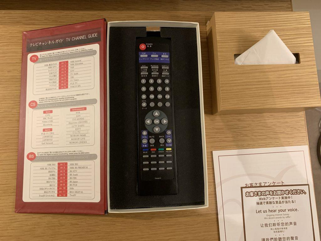 東京紀尾井町王子畫廊豪華精選酒店-房間電視遙控、電視頻道指南表及紙巾