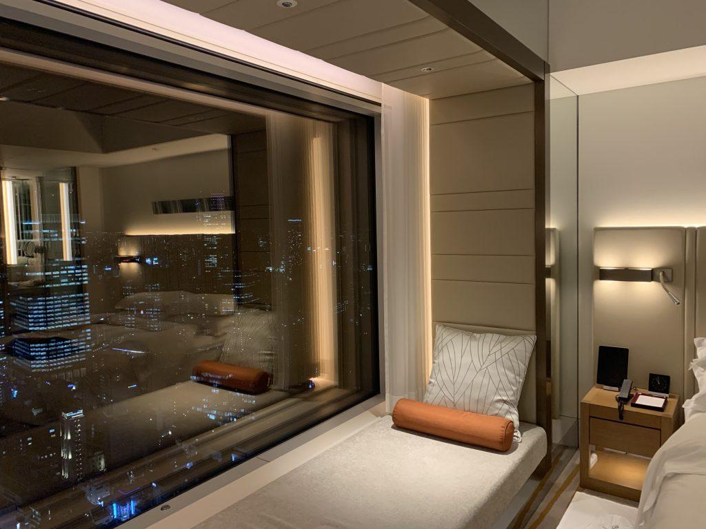 東京紀尾井町王子畫廊豪華精選酒店-房間長椅靠在窗邊