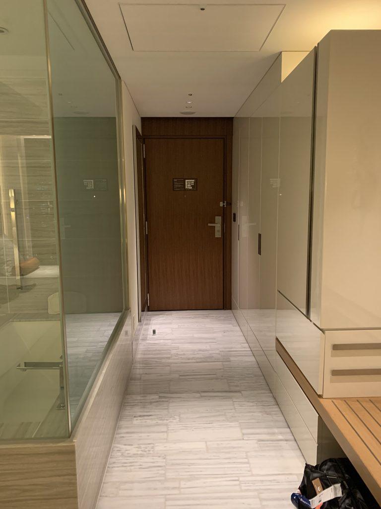 The Prince Gallery Tokyo Kioicho-餐飲吧和衣櫃隱身於房間入口玄關走廊
