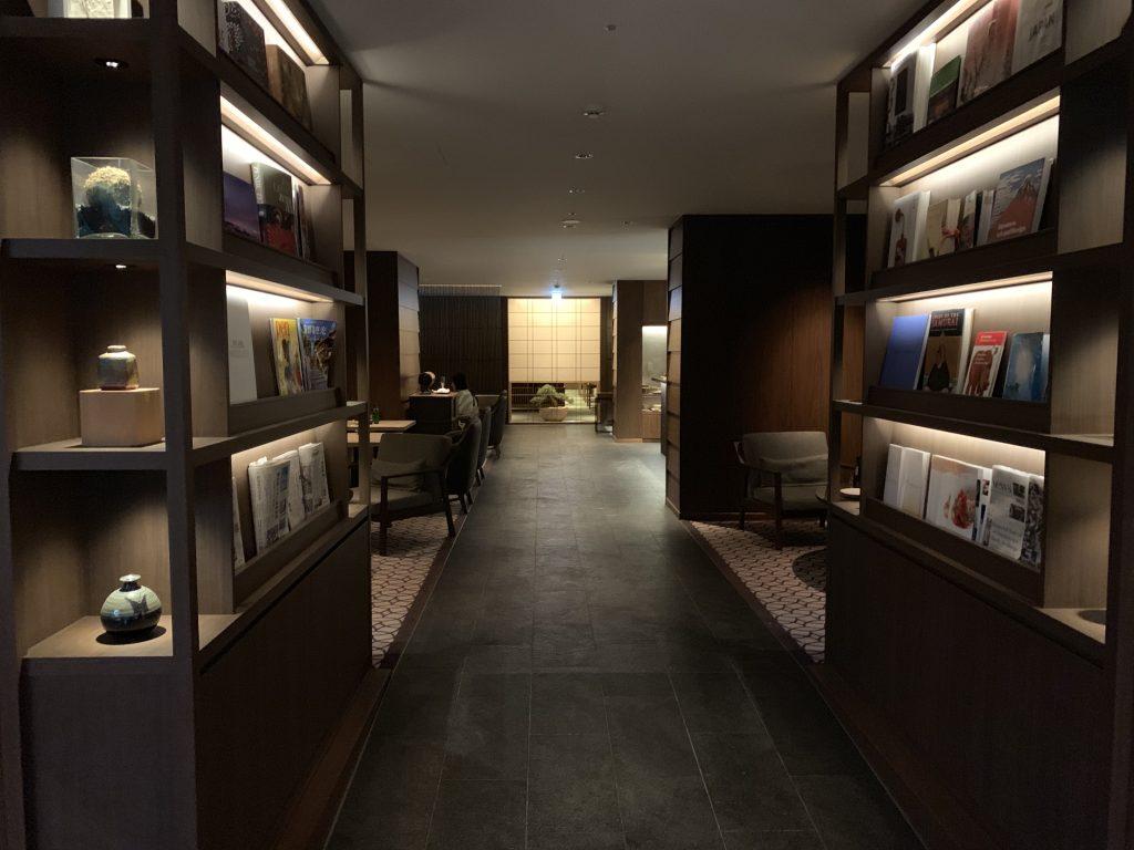 高輪格蘭王子大酒店花雅俱樂部酒廊-Club Lounge有不少書籍