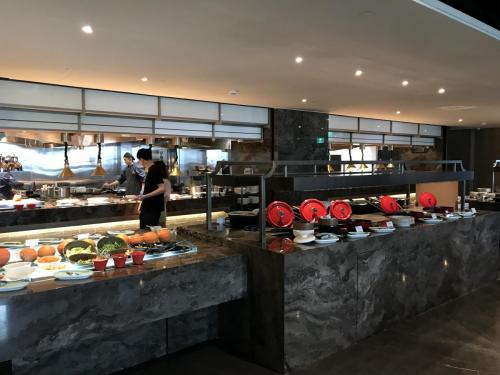 餐廳自助取餐區採取開放式廚房設計