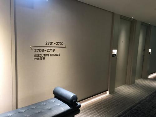 往行政酒廊方向指示牌