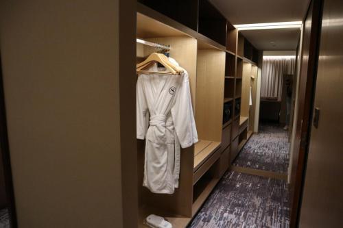 衣櫃位置非常闊落,有連身鏡係隔離