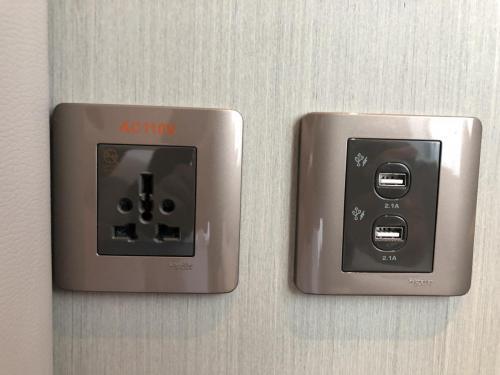 兩張床床邊都有電制