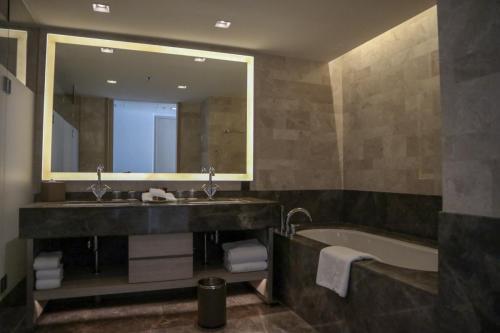 浴室空間好大,有兩個洗手盤位