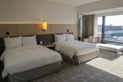 房間空間寬敞,可以坐係窗邊沙發望埋美麗華摩天輪