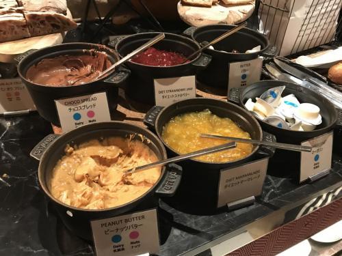 早餐有花生醬、巧克力醬、果醬、牛油及人造奶油