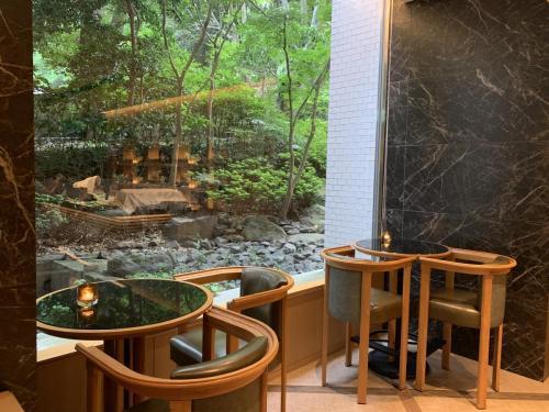 行政酒廊窗外的高輪日本庭園景色