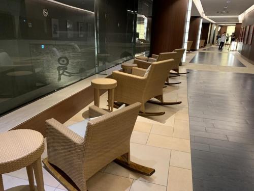 酒店有木制搖椅