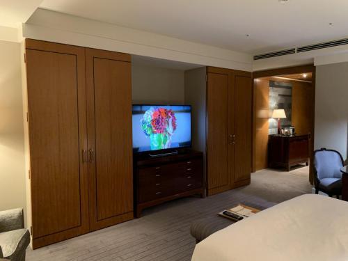 房間床褥面向電視及兩個衣櫃