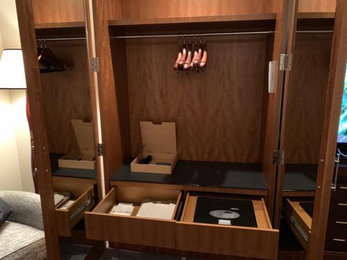 房間左邊衣櫃抽屜有洗衫袋、Ritz-Carlton冠名睡衣及保險箱