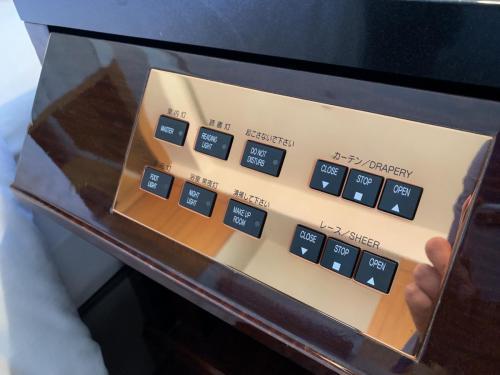 套房睡房床頭櫃有各式燈掣按鈕