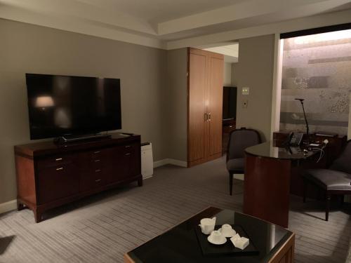 套房客廳有電視、空氣淨化機及書桌