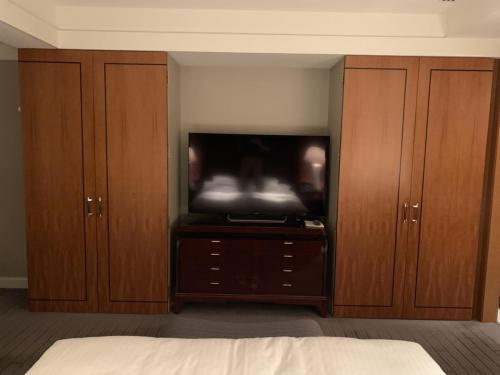 套房睡房床褥面向電視和兩個衣櫃