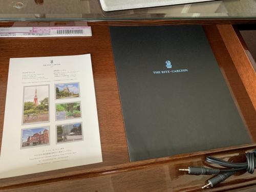 書桌抽屜有酒店小冊子及充電線