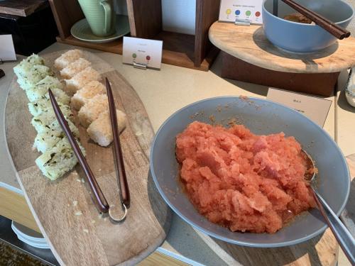 早餐有日式飯團及里先生最愛的明太子