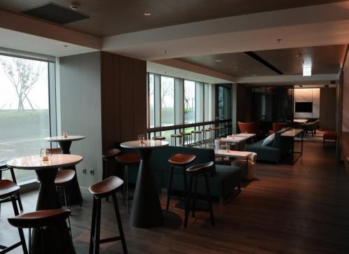 行政酒廊設計得摩登,枱櫈各有特色,環境整體好舒服