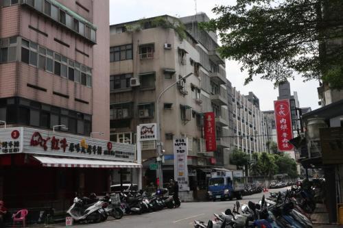 酒店右手邊的小巷食肆林立
