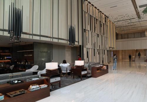 酒店大堂樓底約兩層高,空間感充足