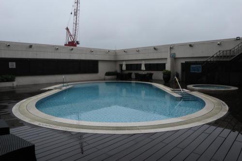 酒店頂樓設有泳池,不過較細