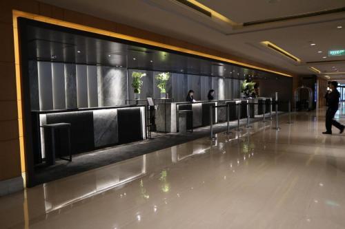 酒店設有四個前檯