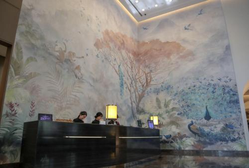 酒店大堂,牆身有大型壁畫