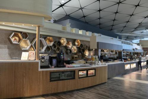 自助餐區,聽講張長檯仲係咁多個機場lounge最長~
