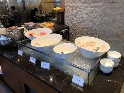 各款乳酪,配啲生果同穀類早餐都幾好食